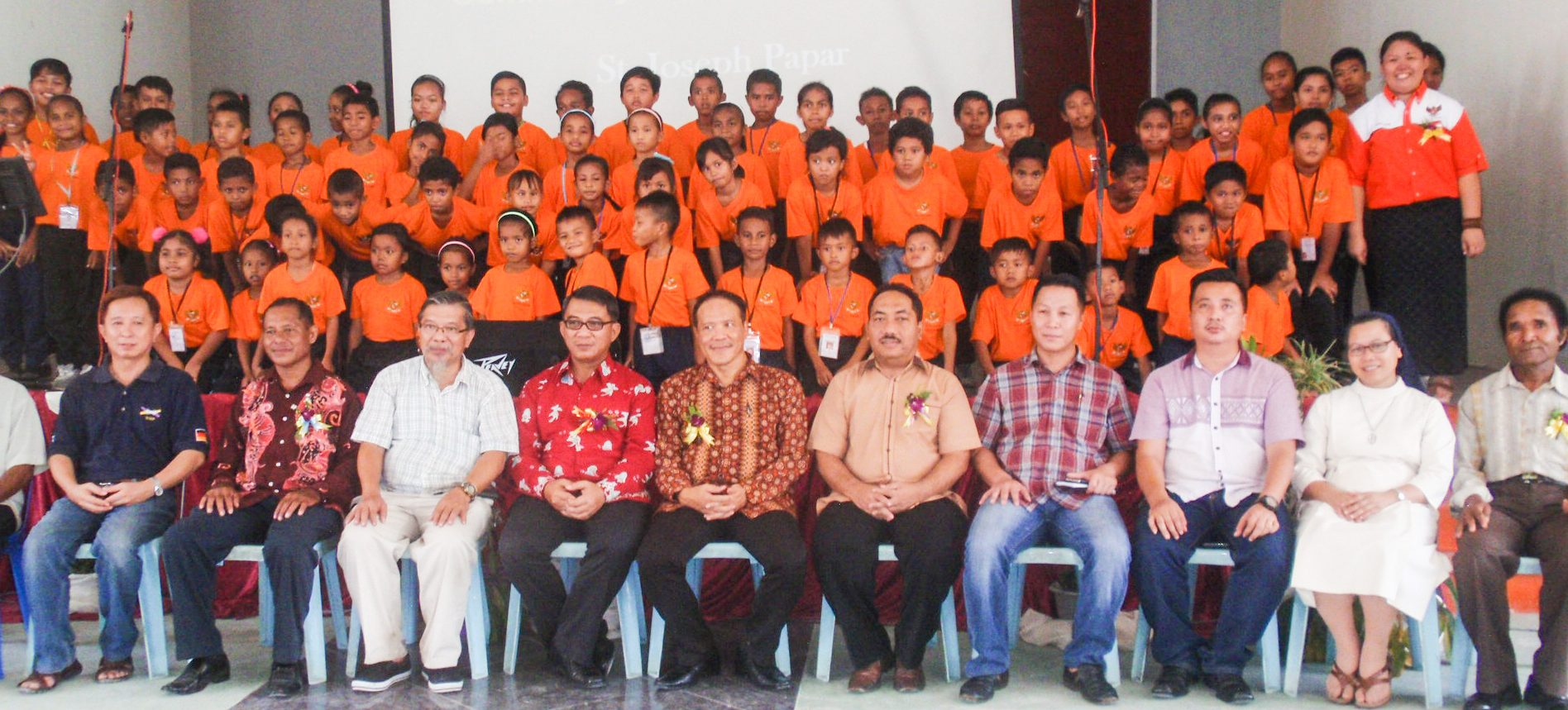Group photo of the officials and children at the end the event.