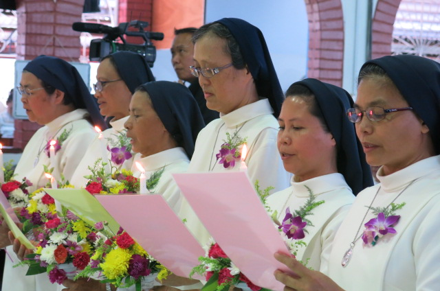 The jubilarians renew their vows after the homily, 8 Oct 2016, Tg Aru.