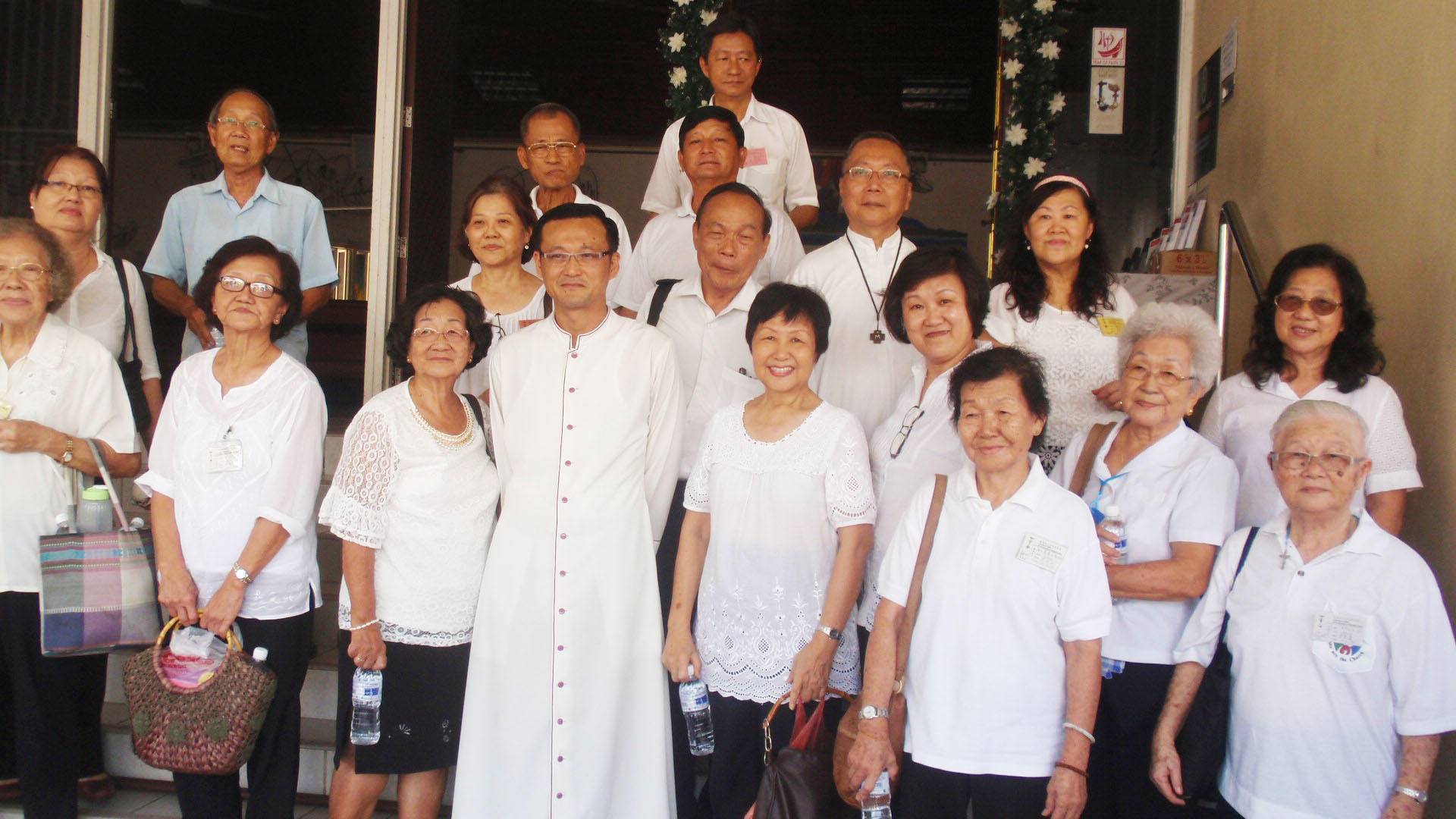 Some members take the opportunity with pose with Abp Wong after the Acies.