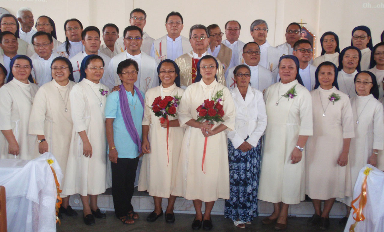 The neo-professed (with bouquets) pose with their mothers, fellow religious and the clergy as a remembrance.