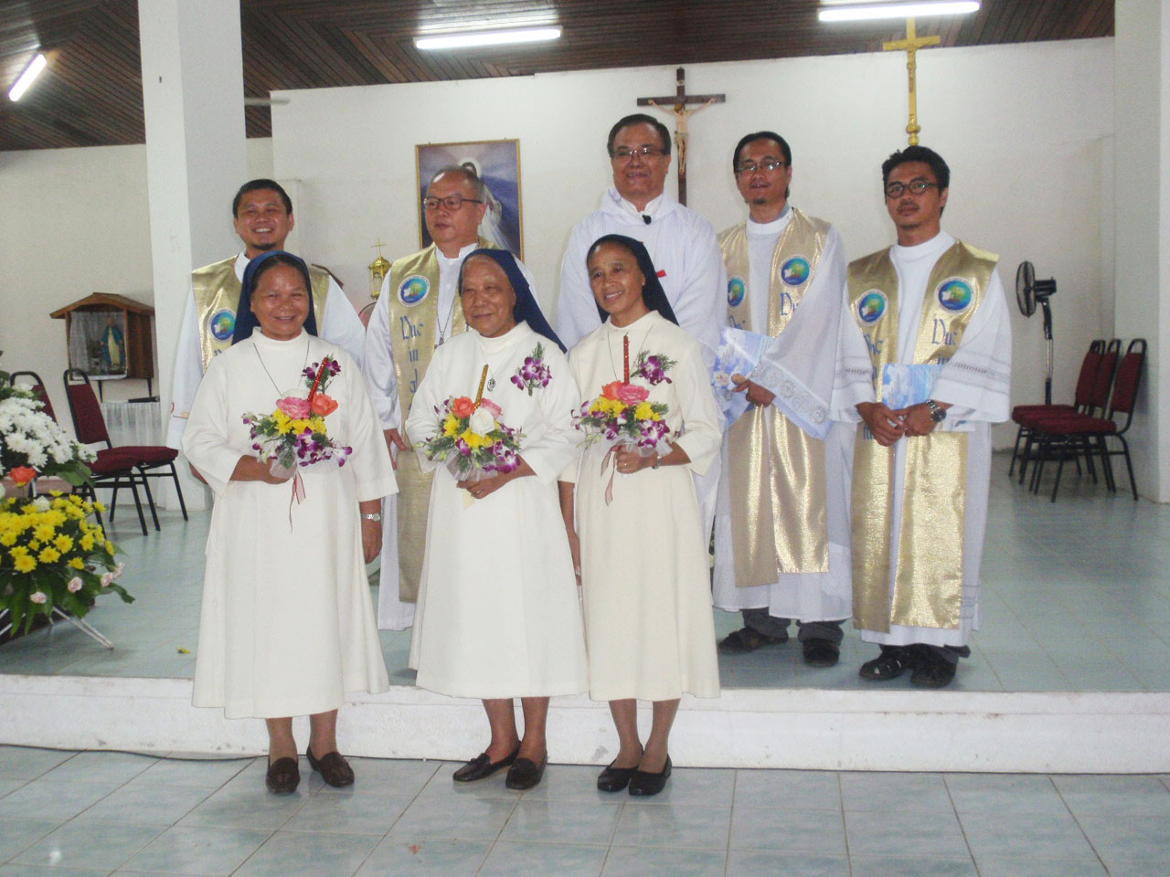 The jubilarians pose with the concelebrants after the Mass.