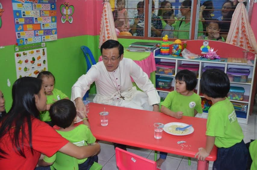 Abp Wong chats with the kindergarten children.